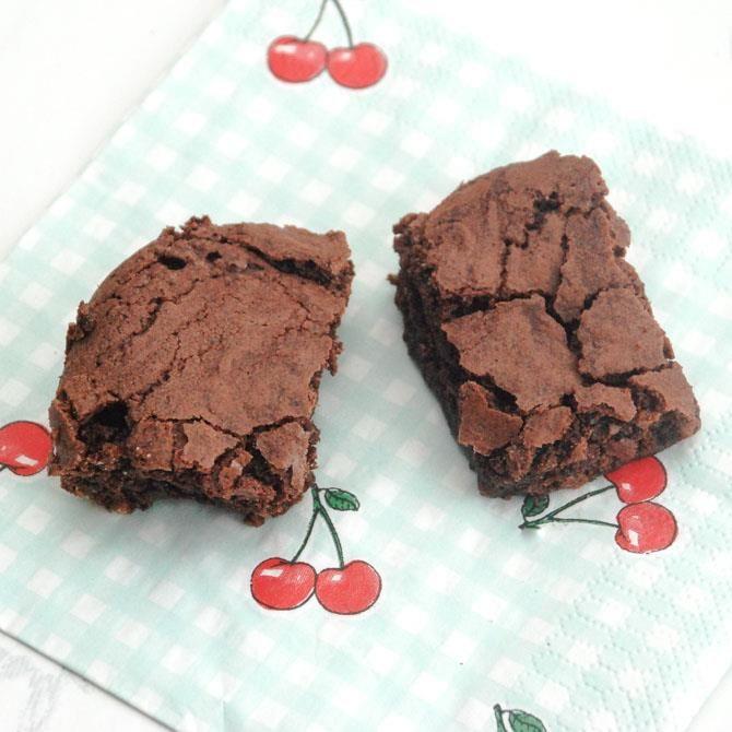 De bedste chokoladebrownies opskrift. Dette er nok en af verdens bedste brownies. Den helt klassiske amerikanske brownie - nem opskrift.