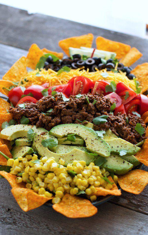 Nacho schotel: nacho, chilibonen, mais, paprika, bosui, koriander, geraspte kaas. In laagjes in een ovenschotel en dan ff 10 min in de oven. Erbij: tomatensalsa, avocado, zure room.