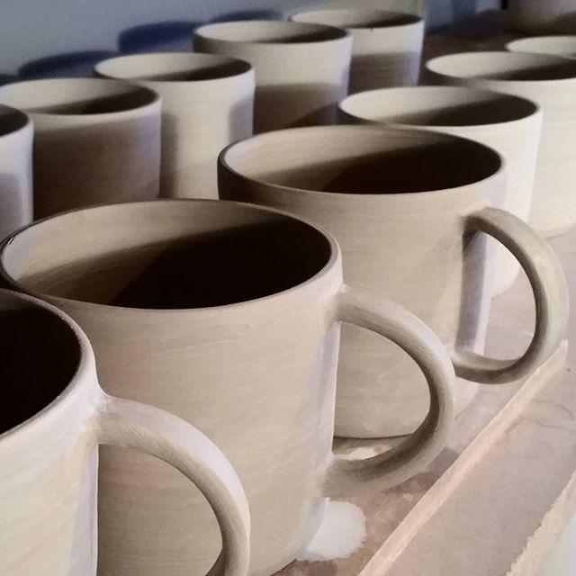 Välkommen in och diskutera tillverkning i verkstan eller sätt dig i lugn och ro med en kopp fint te i vårt showroom. Vägen är plogad, det är söndag och det är fortfarande december så vi har öppet till 17!   Come on in and discuss ceramics in our workshop or have some peace with a fine cup of tea in the  showroom. It's Sunday and It's December so we're open until 5 pm. Welcome! #enstromblom #keramik #handgjord #stengods #verkstad #butik #showroom #inredning #detaljer #inspiration #ceramics…