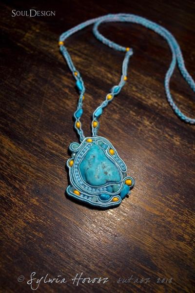 Piękny, oryginalny naszyjnik z naturalnym turkusem pasujący na każdą okazję ręcznie robiony techniką haftu sutasz.    *Unikatowy i niepowtarzalny !*