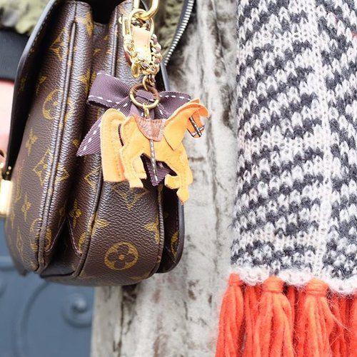 """Das beste Accessories für eure Tasche! Der süße Anhänger """"Hérmes"""" ist ein super Hingucker und ein übrigens auch ein tolles Geschenk😉. Shop Link In Bio 🔝#annemarieherckes #accessories #sosue #blogzine #anhänger #miniature #bag #hermes #louisvuitton #fashionblog #designer #fashion #style #trend #fashiongram #fashiontrend #streetstyle #bloggerstyle #hamburg #lifestyleblog #samt #winteroutfit #ootd #potd #outfitoftheday #horse #pferd #handmade #miniaturecouture #hourselover"""