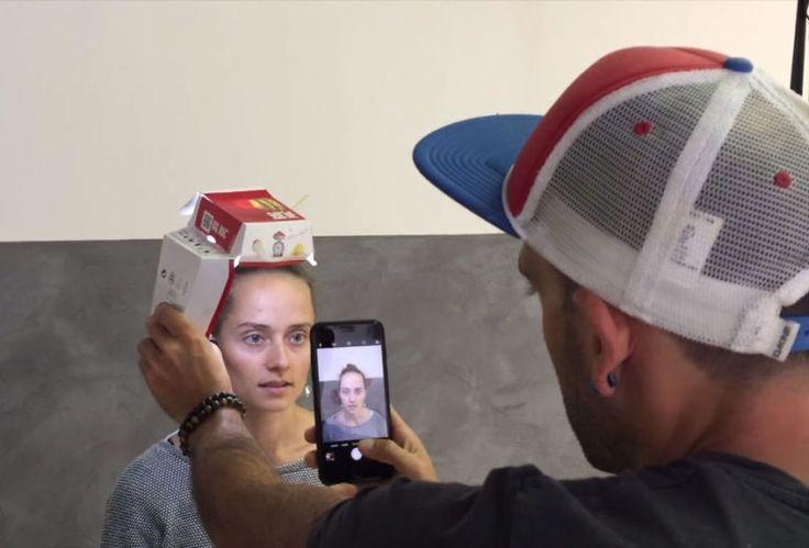 Fotógrafo usa caixa de hambúrguer e iPhone para fazer retratos