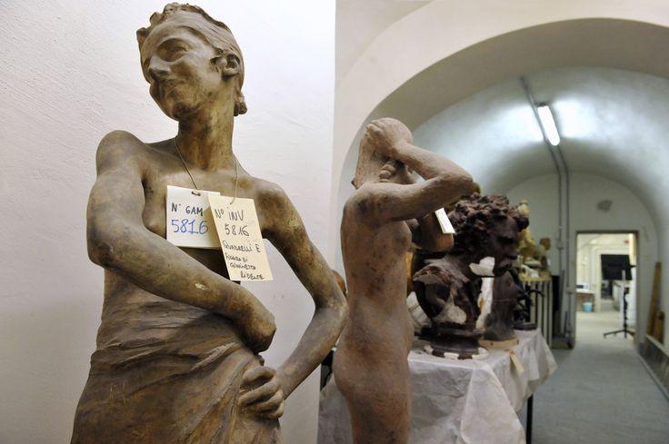 #SottoSopra ULTIMO APPUNTAMENTO  per visitare i #depositi della #GAMMilano. Visite guidate a cura di Opera d'Arte. Per prenotazioni: c.galleriadartemoderna@operadartemilano.it  tel. 02 88445947 (lun-ven 9.00-13.00) tel. 02 45487400 (lun-ven 9.00-17.00) Info: www.operadartemilano.it - Ph. Scuratti