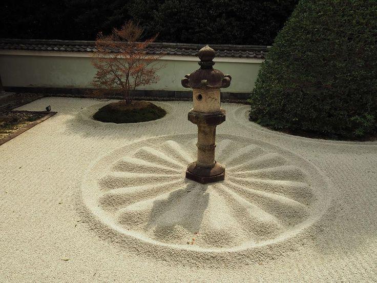 #kyoto #japan (SEP-2017)#泉涌寺 の別院#雲龍院 。真言宗のお寺に来ているのに、これを見てヒンズー教のシバリンガを思い出した僕はどうかしている? シバ神はともかくとして、#京都 には東山の木々を借景にした小さめのお寺がたくさんあります。ココロをクールダウンしたい時、お座敷に腰掛けにくるのが好きなんです。 #京都 #instakyoto #kyotogram #日本 #そうだ京都行こう #日本に京都があってよかった #御寺泉涌寺別院雲龍院 #sennyuji #sennyujitemple #unryuin #旅 #旅行 #一人旅 #ひとり旅 #travel #trip #travelgram #traveling