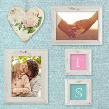 Vintage trouwkaart met stoffen zachtblauwe achtergrond met diverse witte schilderijlijstjes waarin je eigen foto's kunt plaatsen. Vintage hart op voor- en achterkant.