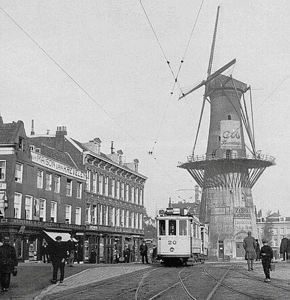 Gezicht op de oostplein met molen de noord 1920