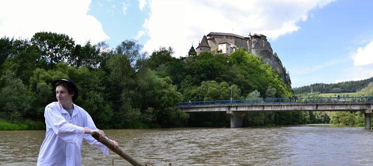 Pltníci na rieke Orava. Pohľad na Oravský Zámok * Cruise  the Orava River. View of the Orava Castle