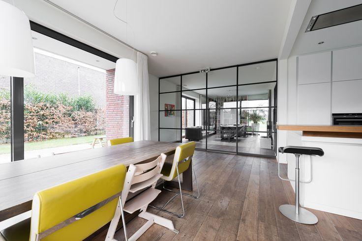 Dit moderne interieur in Venlo bevat een dubbele schuifdeur en enkele taatsdeur van GewoonGers. Op maat gemaakt en geheel afgestemd op een bestaand interieur! #gewoongers #vintage #vintagepui #vernieuwing #modern #industrieel #ontwerp #industrial #design #steellook #staallook #stalendeur #stalenpui #maatwerk #custommade #interieurontwerp #interieur #woonidee #wonen #home #living #ruimtelijk #architect #nederland #woning #thuis