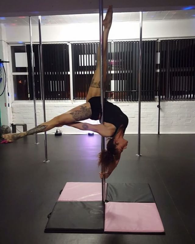 Pose to superman #pole #poledance #polefitness #polecombo #spinnypole #prettyshape #flexibility #contortion #legsfordays #girlwithtattoos #poledancersofig  #poledancenation #poledancersofinstagram
