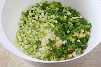 Яичный салат с сельдереем - рецепт с пошаговыми фото / Меню недели