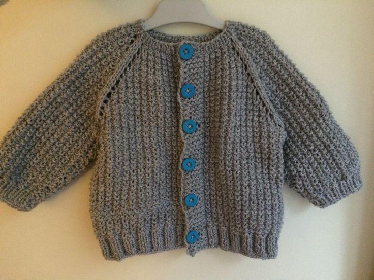 Baby knitting. Chaleco niño gris con botones azulinos, tejido con cos palillos.