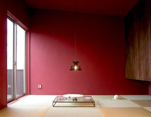落ち着いた色味の赤い壁が畳との相性が◎外国人受けが良さそう。
