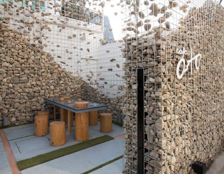 Faire le mur Pour mon idée du jour, je vous entraîne sur la terrasse du Café Ato à Séoul réalisé par l'agence Design Bono. J'aime cette idée ingénieuse du mur en gabions qui par essence est un mur massif mais qui reste ici aérien par le jeu des pierres suspendues. Je trouve que c'est une belle intervention dans ce paysage urbain qui protège ainsi des bâtiments voisins.