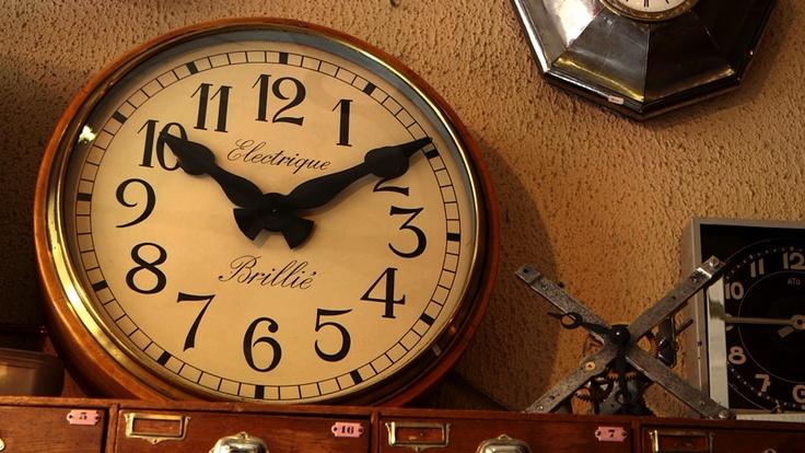 Cette belle horloge électrique Brillié des années 1920 est vendue 1900€ chez l'horloger François Hubert, un spécialiste qui restaure et vend horloges anciennes et pendules électriques.