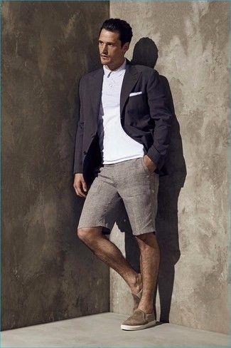 Ponte un blazer negro y unos pantalones cortos grises para las 8 horas. Para el calzado ve por el camino informal con zapatillas slip-on marrónes.