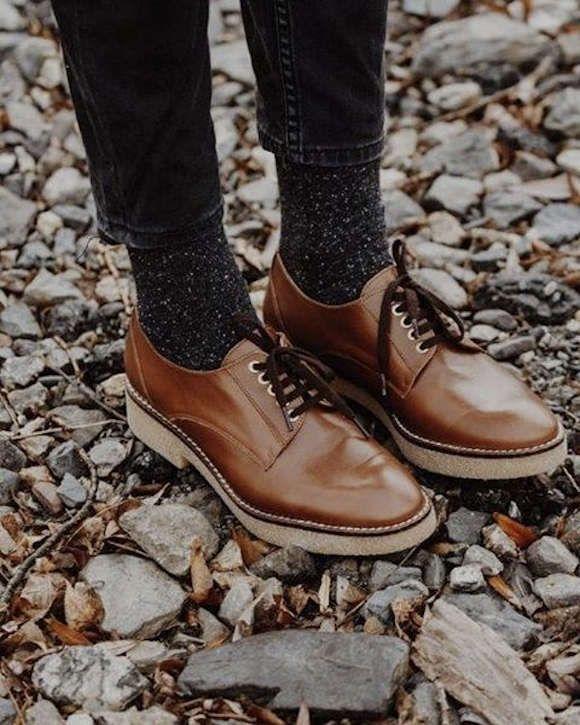 Derbies marron (en soldes) + chaussettes grises métallisées + jean noir raccourci = le bon look >> http://www.taaora.fr/blog/post/idee-tenue-derbies-marron-minelli-semelles-epaisses-chaussettes-grises-maille-moulinee-jean-raccourci-noir #look #outfit