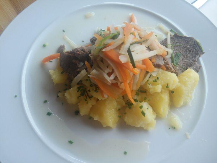 Tafelspitz servírovaný se zeleninou julienne, pažitkovými bramborami a smetanovým křenem