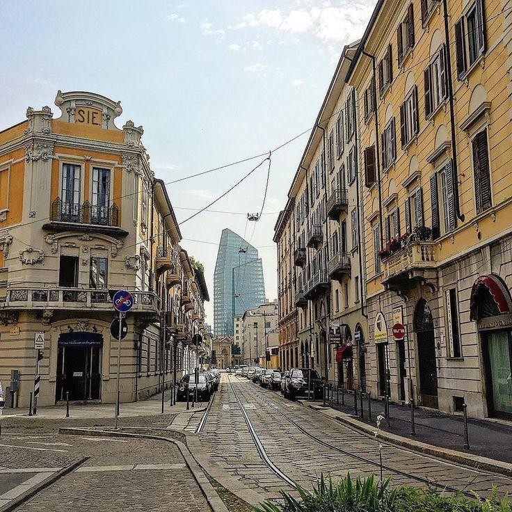 Milano 28 gradi... Praticamente estate. Il vero milanese scappa e va al fresco .... La gente strana resta e si fa evento heineken al castello o concerto Subsonica in duomo  tra macello ed una mandria di spagnoli. In molti moriranno a casa tra la dolcezza delle proprie mura. Io invece lavoreró #work#milano#milanocity #milanodavedere #milanocityufficiale #colors#people#heinek #street#iphone6s #italy #me#love#life#livefast#fuckyou #dream#dreamer#silent#hot#summer#spagna by gior7278