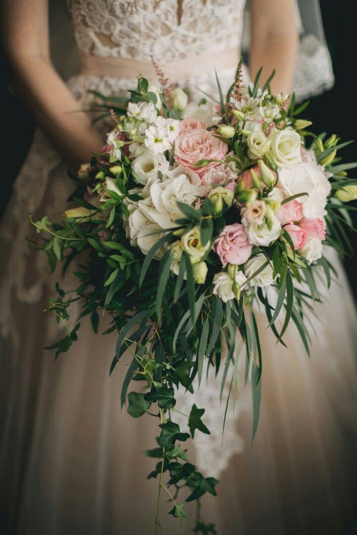 Букет невесты нежно розовый со свисающей зеленью
