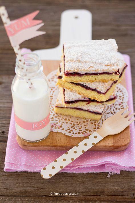 Se siete alla ricerca di una torta facilissima e goduriosa siete nel posto giusto, la Torta Slava diventerà un vostro cavallo di battaglia, il dolce che farete e rifarete! Una base di morbida pasta frolla, uno strato della vostra confettura preferita e per completareuna soffice meringa... un dolce