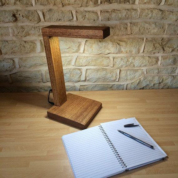 Hallo & Welkom! Hier hebben we een mooie hand vervaardigde tafel / bureaulamp, die volledig uit het zelfde stuk van prachtige massief lokale Franse hardhout. alles wat je ziet als je kijkt naar het licht is hout! de ultra lange levensduur Leds hebben ingebed in het hout zodat ze bijna onzichtbaar vanuit de meeste hoeken, dit gecombineerd met het feit dat er geen schroeven, nagels, klemmen, wissels enz overal is... geeft een prachtige minimaal, abstract en rustieke uitstraling allem...