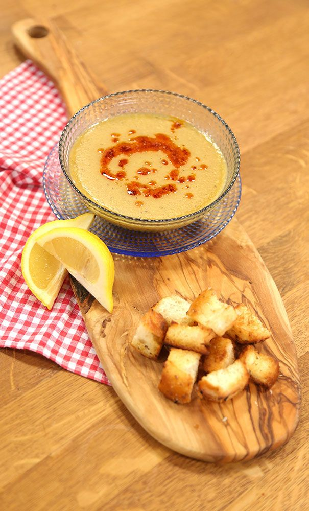 Süzme Mercimek Çorbası Malzemeleri 2 su bardağı kırmızı mercimek 1 adet patates – küçük küp doğranmış 1 adet orta boy soğan – yemeklik doğranmış 1 yemek kaşığı un 7 su bardağı et suyu 1 yemek kaşığı zeytinyağı 2 yemek kaşığı tereyağı Tuz Karabiber 1 yemek kaşığı tereyağı Pul biber  Tencereye 1 yemek kaşığı zeytinyağı ve tereyağı ekleyin. Yemeklik doğranmış soğanları içine atın ve pembeleşinceye kadar kavurun. Unu ilave edin ve kavurmaya devam edin. Doğranmış patatesi ve mercimeği ekleyin. Et…