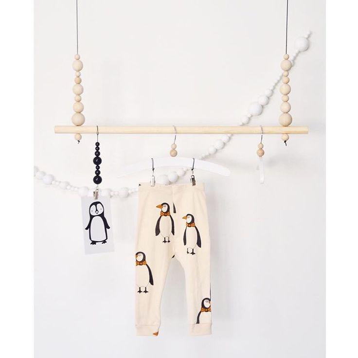 Lastenhuoneeseen valmistui kauan DIY-listalla ollut pieni vaaterekki    Takana seinällä oleva massapalloista tehty nauha, etsii vielä sopivaa paikkaansa. Nuita lapset tykkää meillä askarrella   #diy #vaaterekki #ompelu #saumanvara #minirodini #tuutilullafi #kortti @tuutilulla.fi  #askartelu #lastenhuone #kidsroom #instakodit