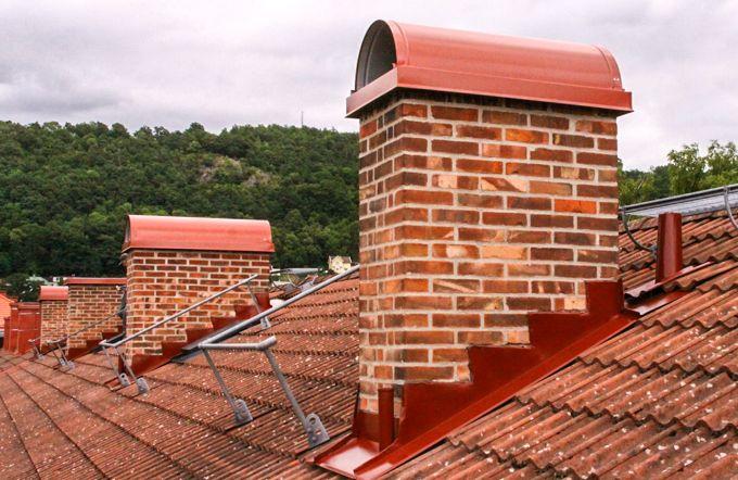 Fogning av sex skorstenar i BRF Hugskvarna.  Alla skorstenar kompletterades med röda skorstensskydd.