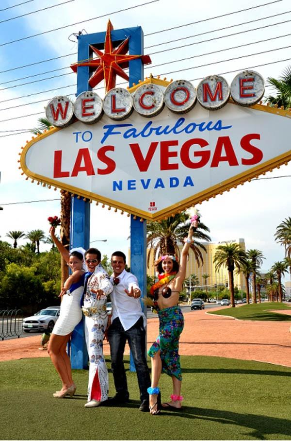 Oi lindezas, finalmente o post sobre meu casamento em Las Vegas.  Eu sou casada a quase 4 anos,  meu marido e eu somos um casal animado e amamos viajar por esse mundão de meu Deus.  E foi em uma de nossas viagens que casamos novamente – em Las Vegas. O local escolhido para a cerimônia foi o símbolo de boas vindas da cidade, quem deu as bênçãos foi nada mais nada menos que o Elvis! Isso mesmo gente, ele não morreu!!! Hahaha