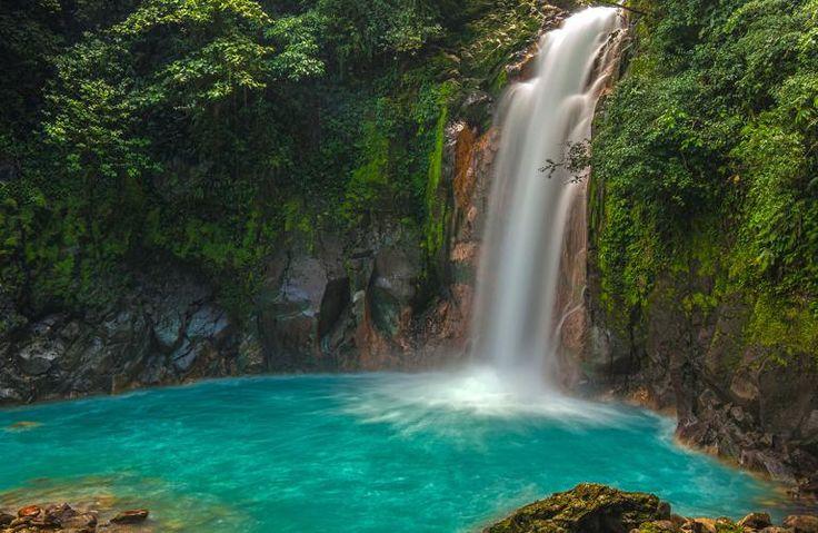 Rio Celeste i Costa Rica løber igennem Tenorio Volcano Nationalpark, og området er kendt for den frodige regnskov, de smukke vandfald og det eventyrlige, turkise vand.