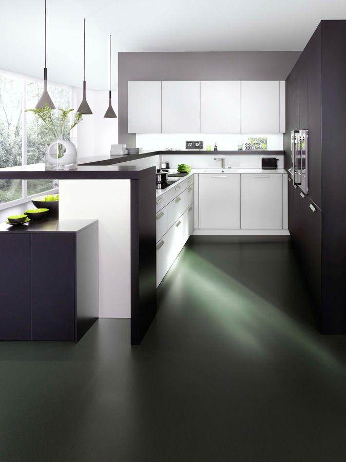 Wildhagen | Moderne U-vormige keuken met bar. www.wildhagen.nl #designkeuken