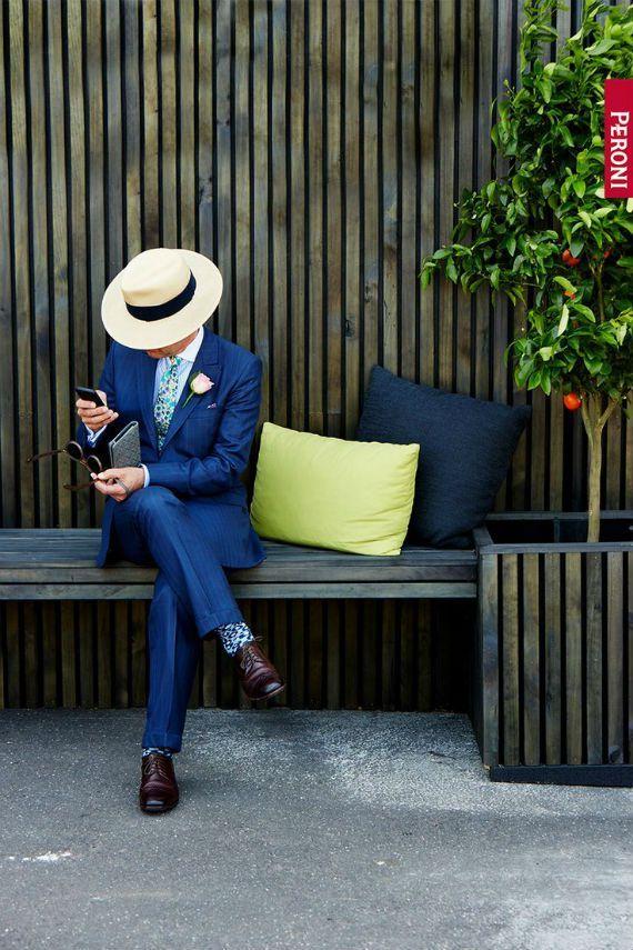 O chapéu panamá, a despeito do nome, foi criado e até hoje é fabricado no Equador com a palha da planta Carludovica palmata, aliás, sua história já foi abordada pelo Canal Masculino neste artigo. Como se trata de um acessório feito com um material leve e fresco, torna-se imprescindível para a proteção contra o sol, principalmente, no verão, dando vazão a uma infinidade de combinações de roupas masculinas dos mais variados estilos. Vejamos abaixo algumas dicas de como usá-lo: 1 - Chapéu…
