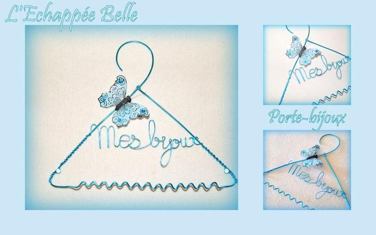 Cintre porte-bijoux en fil alu turquoise.