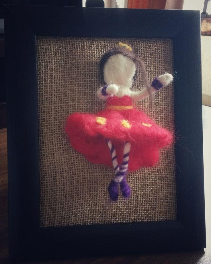 Bailarina de ballet afieltrada de vellon/fieltro en cuadro de madera con fondo de arpillera   $12.000 clp