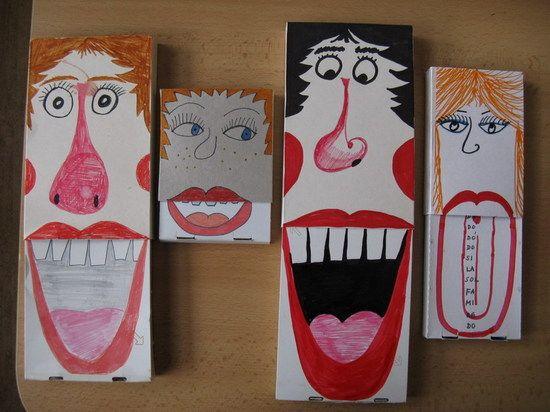 Pomůcky: vysouvací krabičky např. od sýrů, lepidlo, nůžky, pastelky, fixy  Postup  potištěný vrchní díl krabičky rozlepíme, otočíme na rubovou stranu a slepíme na tento díl krabičky nakreslíme obličej - vlasy, oči, nos a horní ret vysuneme vnitřní část krabičky a tam nakreslíme spodní ret, zuby, případně jazyk postupným zasouváním a vysouváním krabičky se mění výraz obličeje http://wiki.rvp.cz/Knihovna