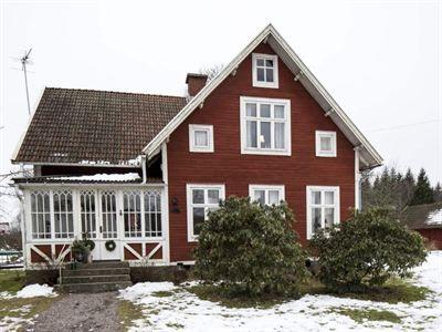 MALIN GAV ÖVERGIVNA HUSET NYTT LIV IGEN: Längst norrut i den lilla byn Skallebo ligger den charmiga smålandsgården döpt till Norregård [...]och är omgärdat av ett rödmålat staket med en pampig järngrind som står på glänt. När familjen Kronmar köpte huset hade det stått orört i nära 15 år. Nu har Malin och Johan renoverat och fyllt det med nytt liv och massor av spännande föremål. En faluröd sekelskiftesvilla inredd i bondromantisk stil! Med mycket kärlek och envishet har paret skapat ett…
