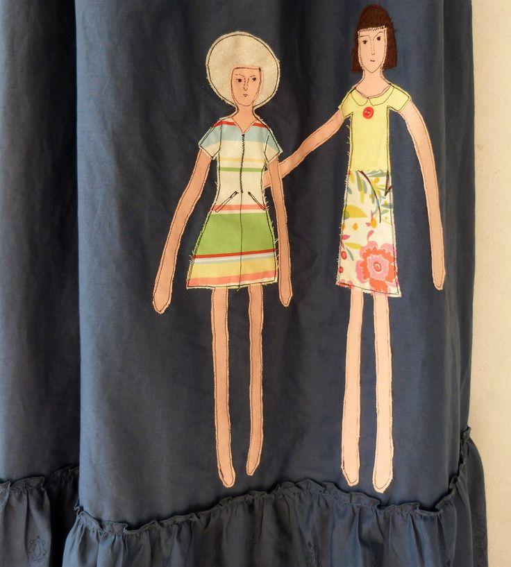 šaty s panenkami šaty zn. ESPRIT pro velkou ženu (recyklované avšak zcela neobnošené, jako nové) na předním díle aplikace dvou panenek v letních šatech dřevěné korálky na zavazování na boku na zip, nastavitelná ramínka, na zadním díle gumičky střih lichotící postavě... velikost: 44 - 48 raději však měřte prsa: cca 92 cm a i trochu více pod prsy v místě ...