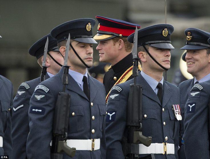 Aten-shun!  Los hombres del regimiento de la Royal Air Force - que constituyen fuerza de combate de tierra de la Fuerza Aérea - poner un buen espectáculo para Harry