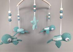 Kijk wat ik gevonden heb op Freubelweb.nl: het gratis haakpatroon om deze mobiel met schildpadjes te maken van Troetels en zo! http://www.freubelweb.nl/freubel-zelf/zelf-maken-met-haakgaren-mobiel-met-schildpadjes/