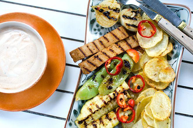 Vegetarisk grilltallrik | Kung Markatta - kungen av ekologiskt Vegetarisk grilltallrik  En riktigt klimatsmart middag! Krispig potatis ihop med en rökig gräddfilssås, spänstiga grönsaker och marinerad tofu blir till en explosion av smaker och konsistenser!