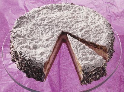 Modische Biskquit-Torte mit einer Rum-Sahne-Füllung für die Kaffeetafel