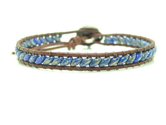 Questo braccialetto singolo involucro è fatto di 2,5 x 5mm Picasso blu super Rocailles di duo. È tessuto su una corda in pelle invecchiata utilizzando un pulsante di metallo dargento per la chiusura. Le misure di bracciale a circa 6 3/4 di lunghezza e larghezza 1/4. La foto del bracciale mostrato è stata venduta. Vostro avranno lo stesso aspetto tranne che la finitura di picasso le perline può essere diversa. Se avete bisogno di una dimensione diversa, fatemelo sapere al check-out. ...