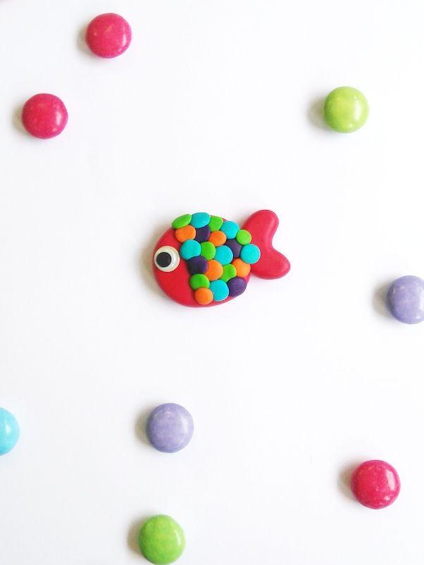 Chouette, voila une jolie broche poisson super simple à faire en suivant notre pas-à-pas. Un poisson en pâte Fimo sur un support de broche et le tour est joué. C'est une jolie idée de cadeau ! Vous pouvez aussi la faire en pâte à sel ou en pâte à modeler qui sèche à l'air libre. Choisissez vos couleurs préférées et c'est parti.