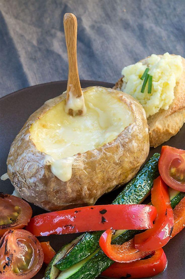 Ofenkartoffel mit geschmolzenem Ofenkäse und Gemüse zum Stippen