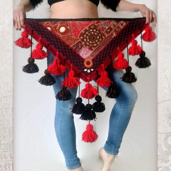 Borlas de ATS traje Hip bufanda, bufanda de la cadera bufanda cadera de danza del vientre Tribal, ATS chal cadera, abrigo cadera Tribal rojo bufanda de la cadera, borlas negras y rojas  El encuentro del viejo y nuevo  Se trata de una hecho a mano, única danza de vientre tribal Hip bufanda. Se trata de la única copia de la misma. El punto focal de esta bufanda de la cadera que hice es un bordado hermoso kutchi vintage, que marco con encaje de ganchillo rojo. He añadido las borlas en…