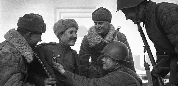 Георгевский крест висит у солдата рядом с орденом Красной звезды, без ленты, видимо просто пришит. Фото примерно 1944г.