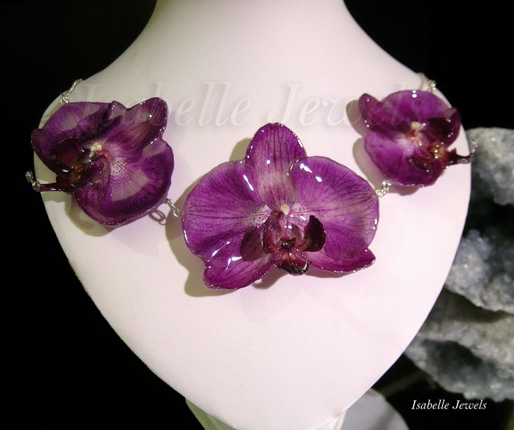 ❀ Gioielli artistici unici. Real flower jewelry design Gioielli con fiori veri, naturali. Collana realizzata con 3 orchidee naturali, selezionate e vetrificate. Montatura in argento 925. #flower #nature #orchid #necklace #gioielli #jewelry #jewellery #jewels #fiori #natura #green #arts #arte #artistic #art #designer #artist #fashion #look #artwork #design #resin #work #design