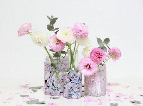 GEMARMERDE VAZEN    DIT HEB JE NODIG: schone glazen potten en/of flessen bakje met water verschillende kleuren nagellak...