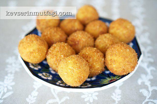 Kaşarlı Çıtır Patates Köftesi Tarifi - Malzemeler : 3 adet orta boy patates, 2 yemek kaşığı sıvı yağ, 1 yumurta, 1 su bardağı ince çekilmiş kahvaltılık mısır gevreği, 1 dilim kaşar peyniri, Tuz, Karabiber, Kızartmak için sıvı yağ.