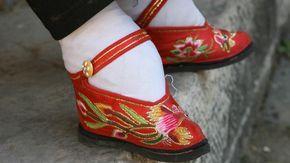 Diese Füße galten einst als schön Der sogenannte Lotusfuß galt deshalb jahrhundertelang als Statussymbol. Durchschnittlich zehn Zentimeter lange Füße – was Schuhgröße 17 entspricht – wurden von Männern als besonders attraktiv empfunden.